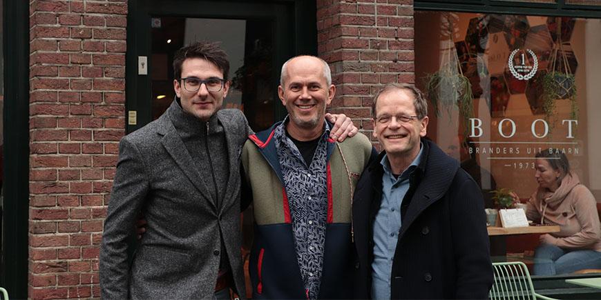 Koffieboer Ricardo Koyner bezoekt Boot Branderij en koffiewinkel Baarn